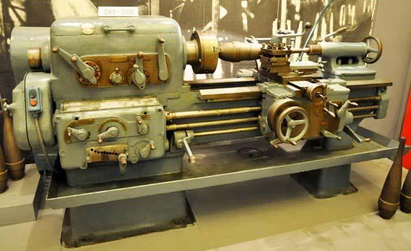 Фото первой модели токарно-винторезного станка ДИП-200