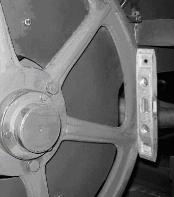 Проверка вертикальности шкивов ленточнопильного станка Алтай-700 с приставленным уровнем